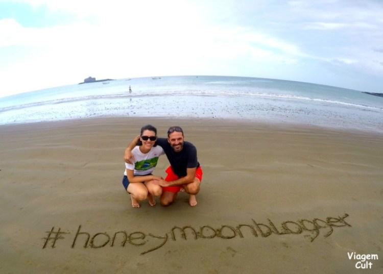 Os pombinhos felizes na praia durante a nossa HoneyMoonBlogger