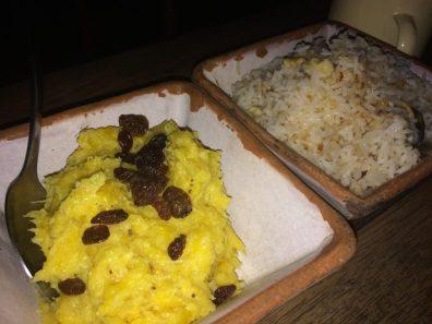 Puré de banana e arroz de castanha, acompanhamentos do prato principal, no Restaurante Divina Gula, em Japaratinga