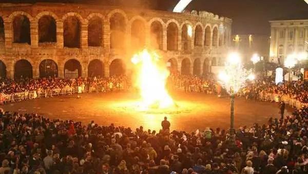 Befana a Verona: rogo della vecchia e flash mob