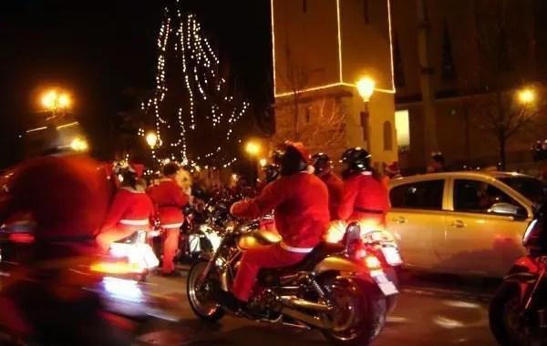 Natale a Villafranca di Verona: la sfilata dei Babbi Natale in moto