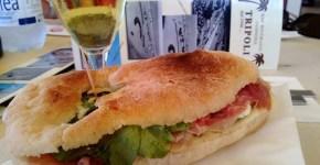 Mangiare un panino al Tripoli, in spiaggia a Rimini