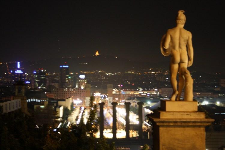 una statua sulla balconata del MNAC barcelona