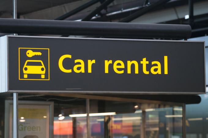 auto a noleggio nei car rental in aeroporto