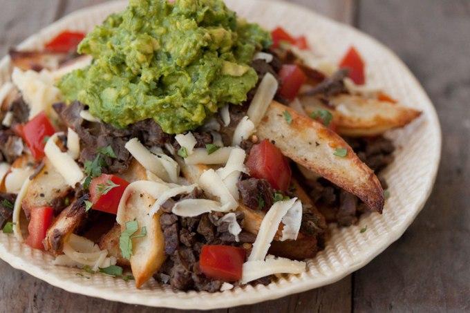 un piatto di carne servito con salsa guacamole