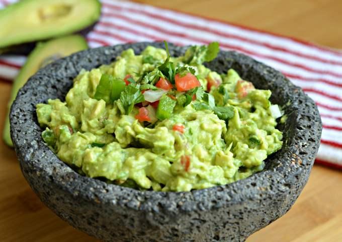 il tipico mortaio di pietra vulcanica che si usa per preparare il guacamole