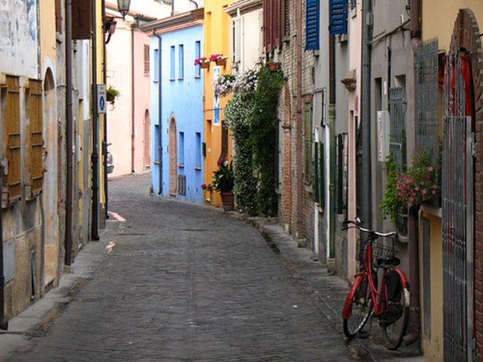 una vietta del borgo san giuliano nel cuore del centro di rimini