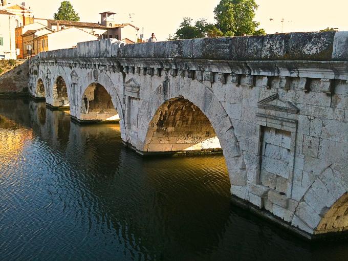 la bellissima architettura del ponte di tiberio nel cuore del centro di rimini