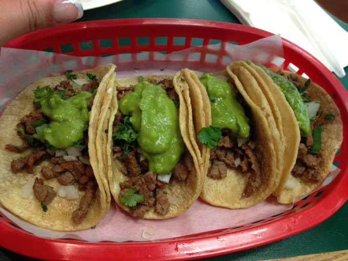 tacos carne con salsa guacamole