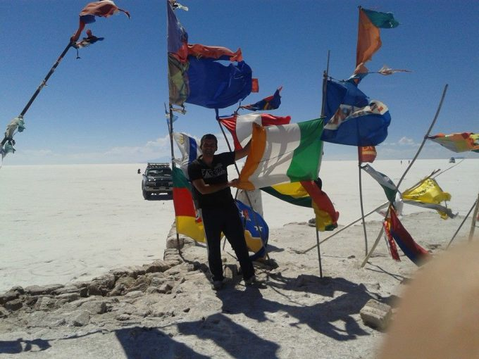 le bandiere dei visitatori del salar de uyuni in bolivia