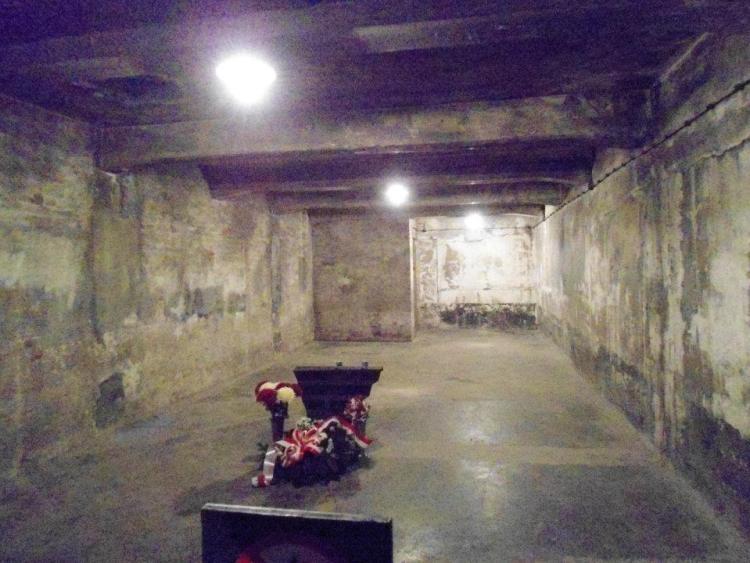 una delle camere a gas di auschwitz vicino a cracovia in polonia