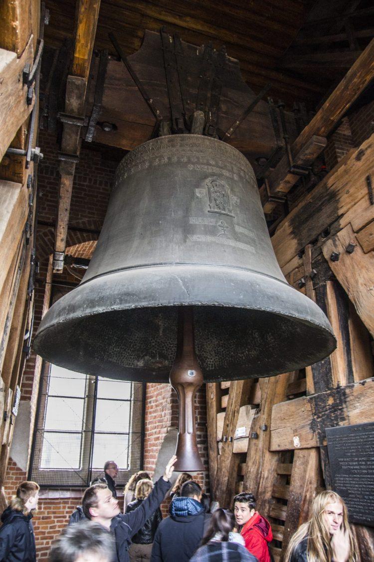 la gigantesca campana della cattedrale del wawel sulla collina del wawel a cracovia in polonia