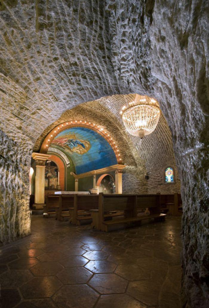 una delle cappelle che si trovano nelle miniere di sale di cracovia in polonia