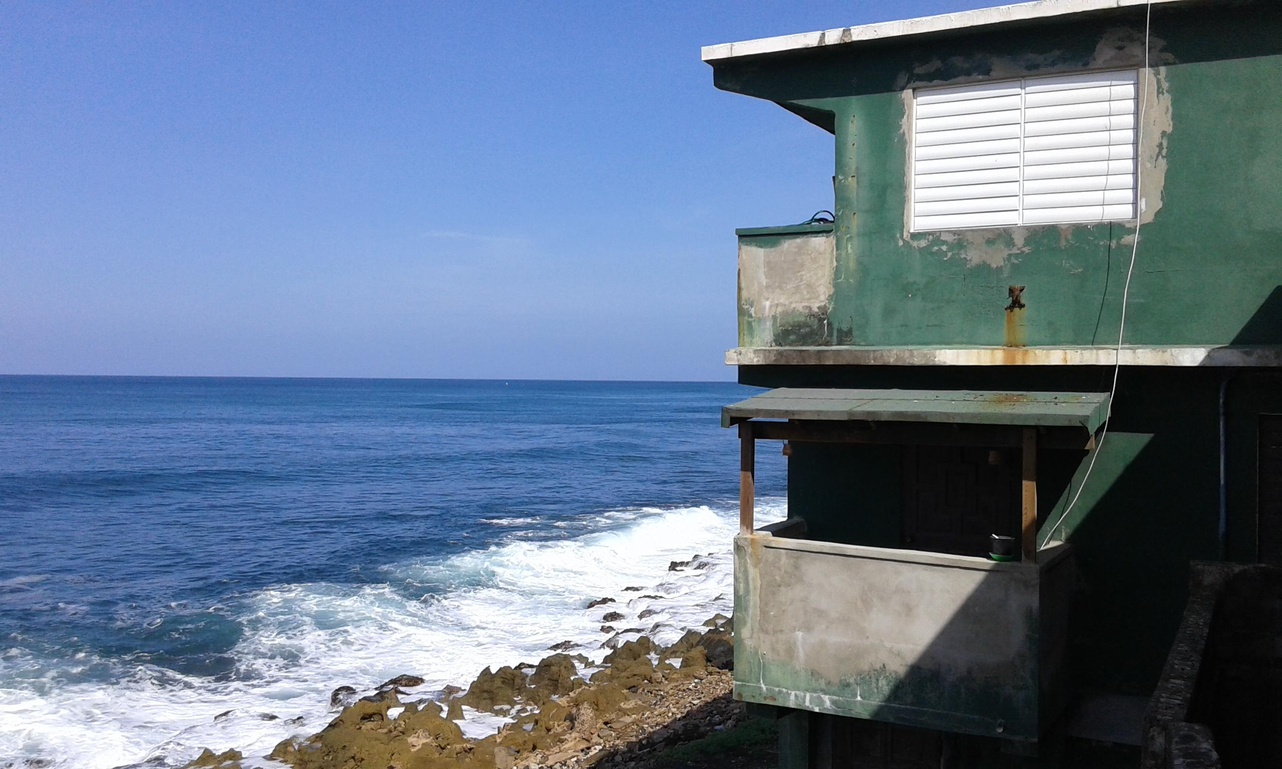 casetta colorata nel quartiere di la perla che si affaccia sul mare