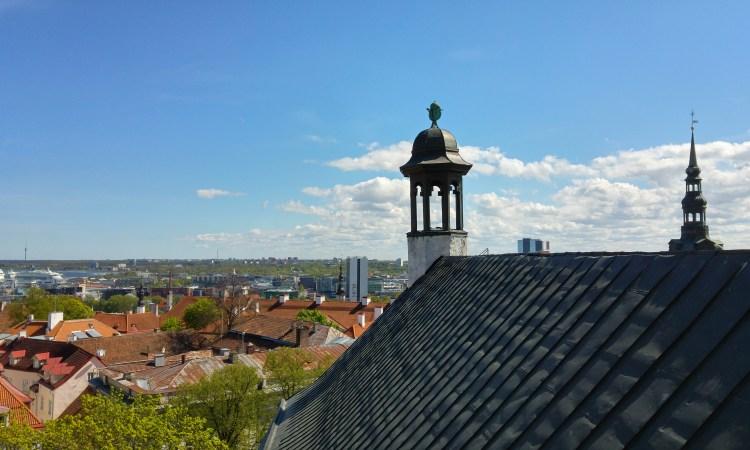 vista della citta di tallin capitale dell'estonia dal duomo