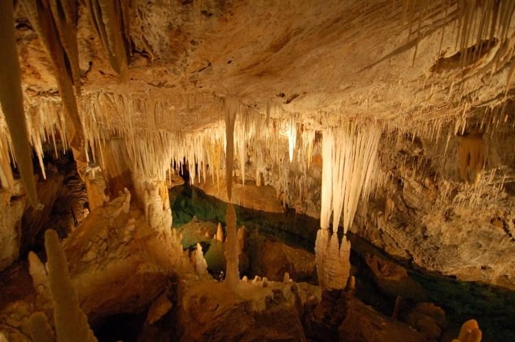 una panoramica delle grotte di borgio verezzi