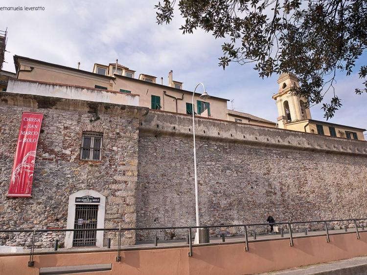 la chiesa di san marco al molo nell'area del porto antico di genova
