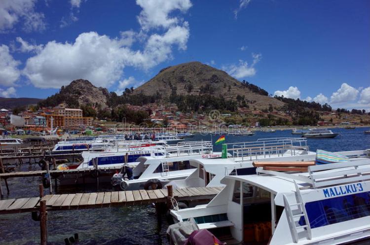 barche ormeggiate al porto di copacabana pronte per le escursioni alla isla del sol