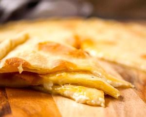 fette di focaccia di recco col formaggio