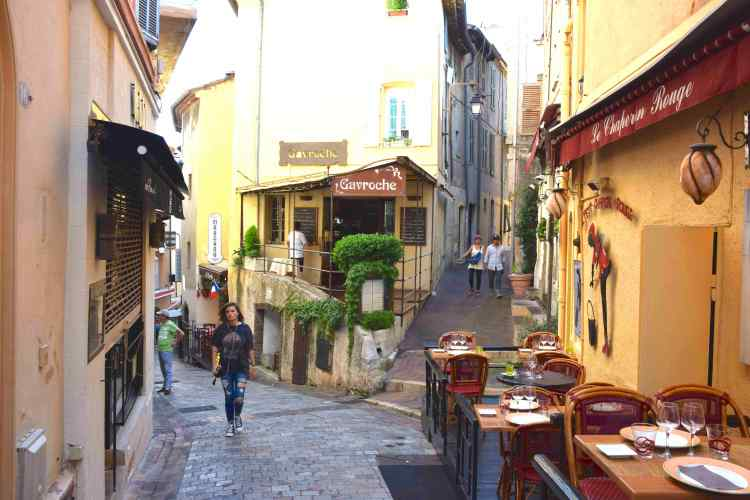 la città vecchia di Cannes in viaggio da Antibes a Cannes