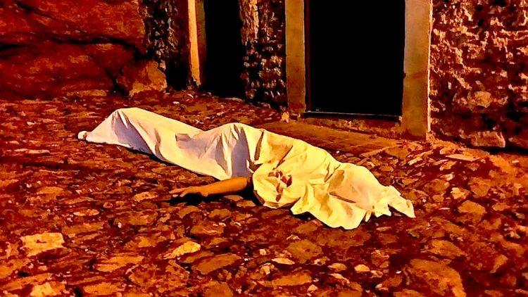 un cadavere durante halloween a triora