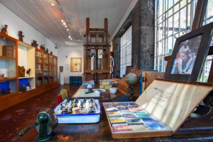 gli oggetti di Frida Kalho nello studio del Museo Frida Kalho