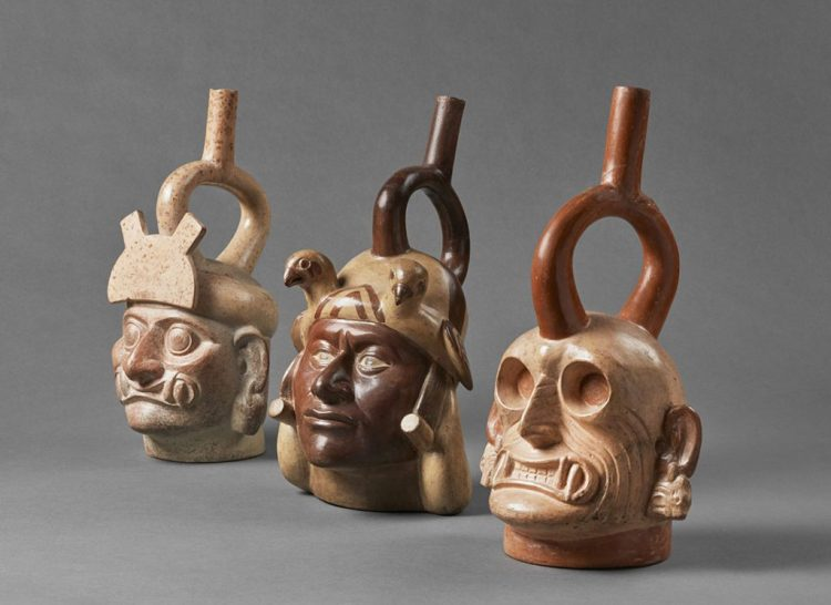 botellas retratos mochica esposte al museo larco