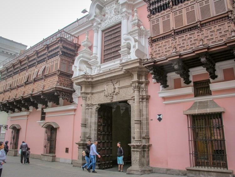 la facciata della casa de torre tagle a lima capitale del perù