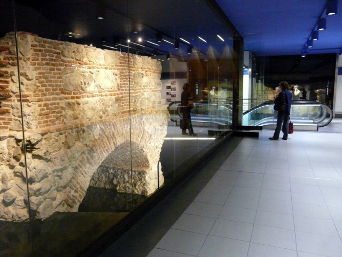 i resti dell' acueducto de amantiel nella metro madrid