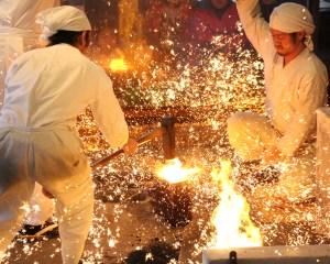 il processo di forgiatura delle spade giapponesi al Seki Traditional Swordsmith Museum