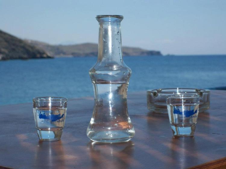 una bottiglia di rakí bevanda tradizionale albanese