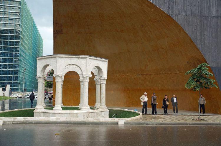 Tomba monumentale di Kapllan Pasha durante un fine settimana a tirana