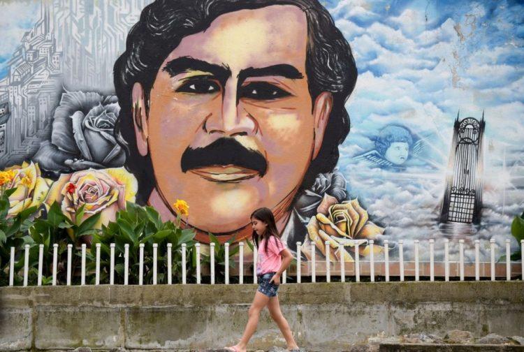 un murales commemorativo nel barrio pablo escobar