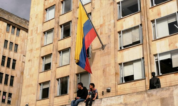 seduti sotto la bandiera della colombia a bogotà