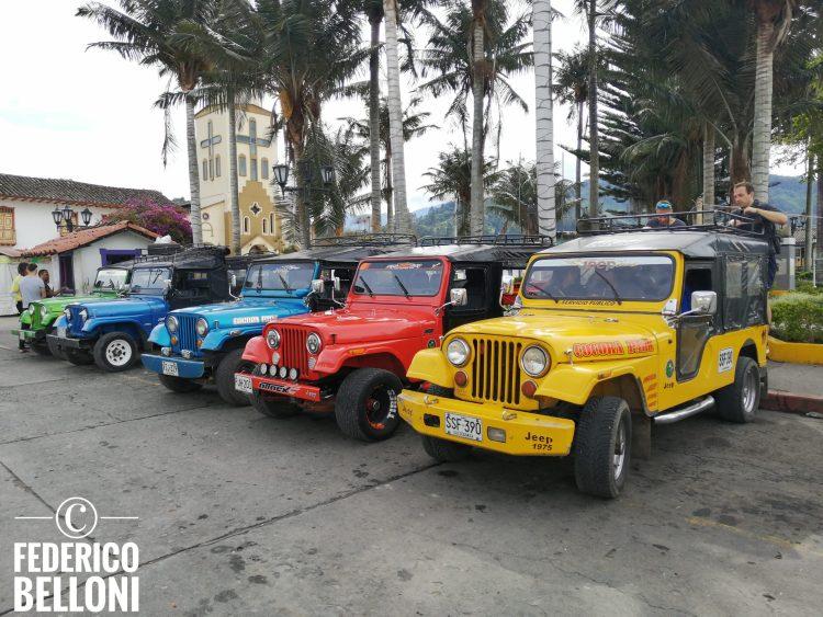 le jeep willys parcheggiate nella piazza di Salento nell'Eje Cafetero