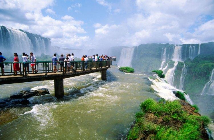 la passerella a ridosso della garganta del diablo, il salto d'acqua più alto delle cataratas del iguazú