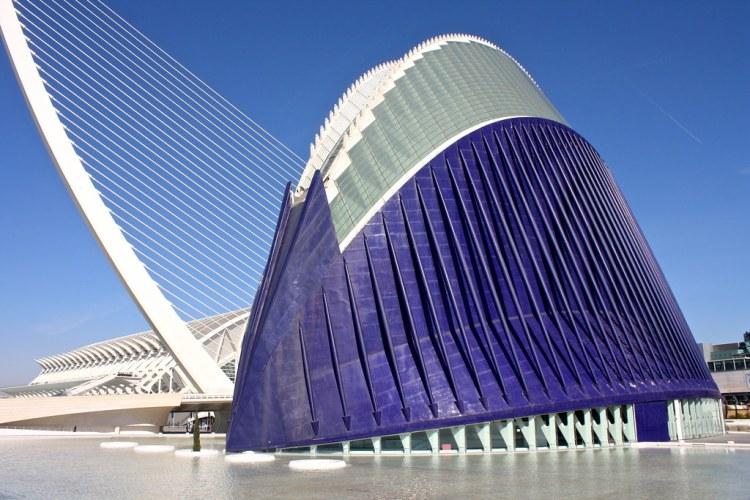 la futuristica struttura dell'agora, uno degli edifici principali della città delle arti e delle scienze di valencia