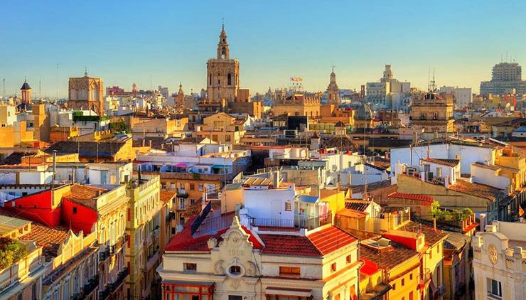 il suggestivo centro storico di valencia baciato dalla calda luce del sole