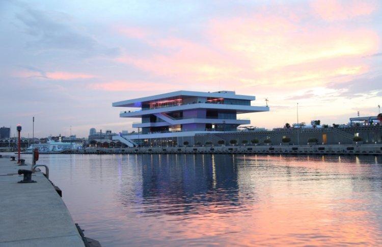 l'edificio veles e vents nel barrio de la marina a valencia