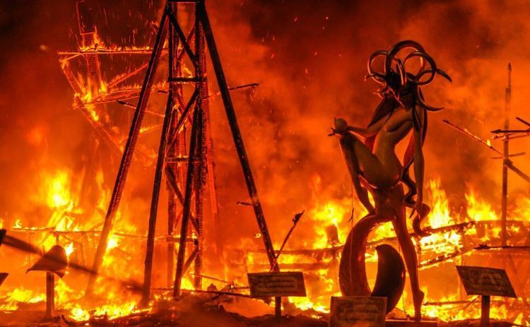il fuoco divora le sculture de les fallas durante la cremà del 19 marzo