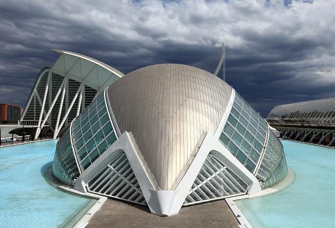 la futuristica struttura dell'hemisfèric di calatrava a valencia