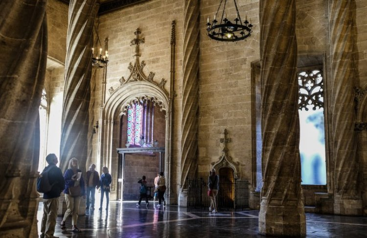 I suggestivi interni in stile gotico della Lonja de la Seda nel centro storico di valencia