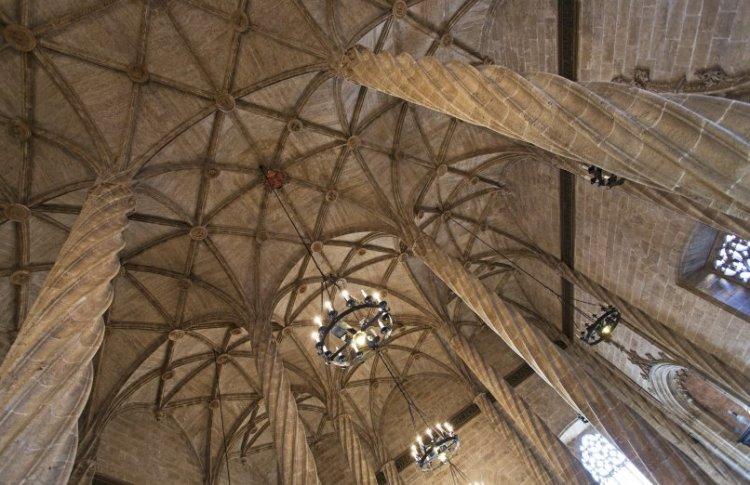 i bellissimi soffitti in stile gotico della Lonja de la Seda a valencia patrimonio dell'umanità UNESCO