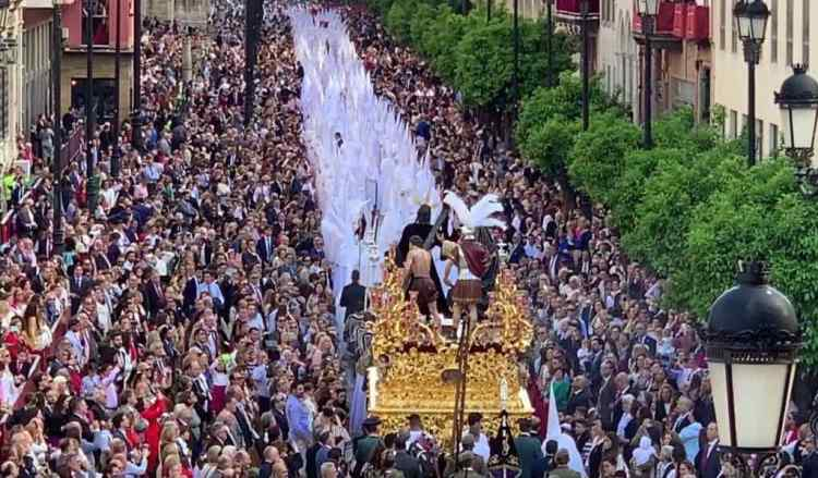 una processione durante la semana santa di sivlglia