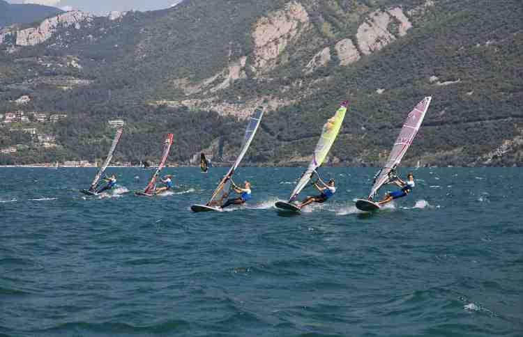 una regata di windsurf sul lago di garda