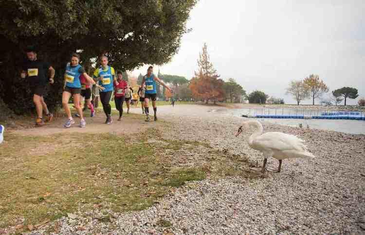 atleti fanno running sul lungolago nel garda trentino