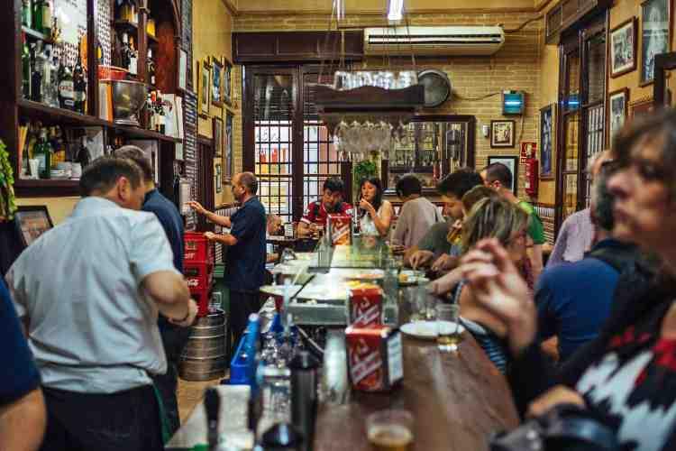 la socialità in un bar di siviglia
