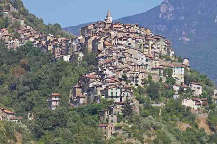 una panoramica del borgo medioevale di apricale nell'entroterra del ponente ligure