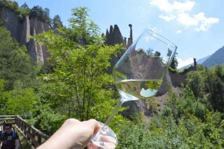 un bicchiere di muller thurgau in val di cembra