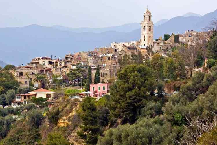 panoramica del borgo di bussana vecchia frazione collinare del comune di sanremo