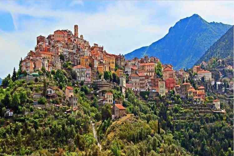 il borgo medioevale di perinaldo e il suo panorama